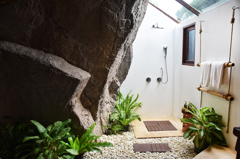 the-place-koh-tao-thailand-travel-ivgtravels-irene-van-guin-blog-shower-rain