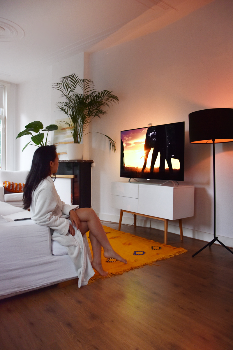 philips-unboxing-oled-9000-series-tv-irene-van-guin-55-inch-looks-better-review2