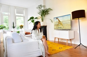 philips-unboxing-oled-9000-series-tv-irene-van-guin-55-inch-looks-better-review7